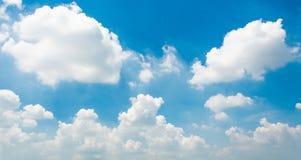 Blauer Himmel und kleine Wolken Stockfotografie