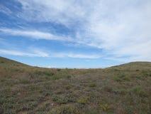 Blauer Himmel und Landschaft nahe Meganom-Kap, Krim Stockfotografie