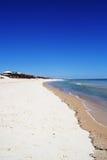 Blauer Himmel und leerer Strand Lizenzfreies Stockbild