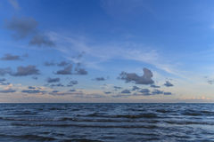 Blauer Himmel und Meer lizenzfreie stockbilder