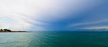 Blauer Himmel und Meer im KOH Samet Stockfoto