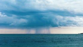 Blauer Himmel und Meer, Sommerlandschaft Stockbild
