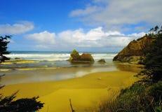 Blauer Himmel und mildern Wellen stockbilder