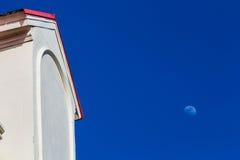 Blauer Himmel und Mond des Gebäudegiebels Stockfotografie