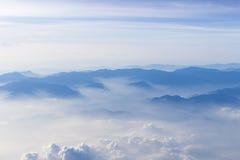 Blauer Himmel und Mountain View vom Flugzeug stilisierten Hippie-Hintergrund mit copyspace Stockbilder