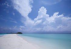 Blauer Himmel und Ozean am Strand Lizenzfreie Stockfotos