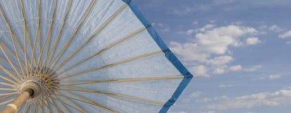 Blauer Himmel und Regenschirm Lizenzfreie Stockfotos