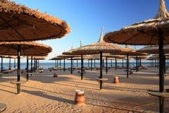 Blauer Himmel und Regenschirme auf dem Strand Lizenzfreie Stockfotos