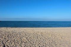 Blauer Himmel und Sand Stockbild