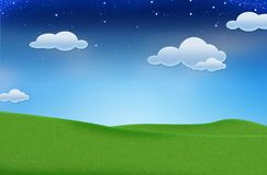 Blauer Himmel und schönes grünes Feld lizenzfreie stockfotografie
