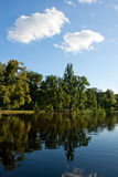 Blauer Himmel und See Stockfotografie