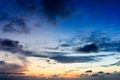 Blauer Himmel und Sonne beleuchten in der warmen Farbe mit weißem Wolkenhintergrund Lizenzfreies Stockbild