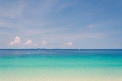 Blauer Himmel und Wasser von Ozean Lizenzfreie Stockfotos