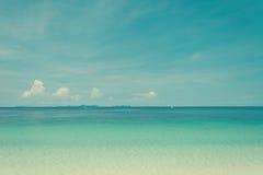 Blauer Himmel und Wasser von Ozean Stockbilder