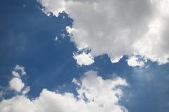Blauer Himmel und weiße Wolke Stockbild