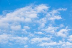 Blauer Himmel und weiße Wolke Stockfotos