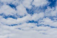 Blauer Himmel und weiße Wolke für Geschäfts-Begeisterung lizenzfreie stockbilder