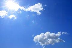 Blauer Himmel und weiße Wolken Stockbild