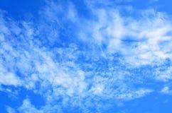 Blauer Himmel und weiße Wolken lizenzfreies stockbild