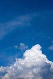 Blauer Himmel und weiße Wolken Lizenzfreies Stockfoto