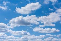 Blauer Himmel und weiße Wolken Lizenzfreie Stockbilder
