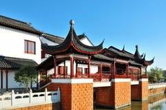 Blauer Himmel und weiße Wolken, altes chinesisches architecture〠 Shouzhou China lizenzfreies stockfoto