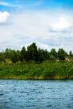 Blauer Himmel und weiße Wolken, grüner Wald und blaues Wasser von Fluss Stockfotos