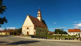 Blauer Himmel und weiße Wolken in Süd-Böhmen lizenzfreie stockfotos