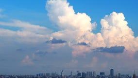 Blauer Himmel und weiße Wolken und Landschaft der Stadt Stockbild