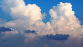 Blauer Himmel und weiße Wolken und Landschaft der Stadt Stockfotografie