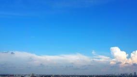 Blauer Himmel und weiße Wolken und Landschaft der Stadt Stockfotos