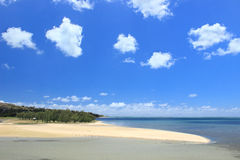 Blauer Himmel und weißer sandiger Strand, Rodrigues Island Stockbild