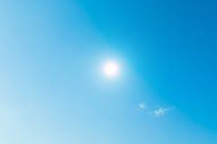 Blauer Himmel und wenig Wolke Lizenzfreie Stockfotografie