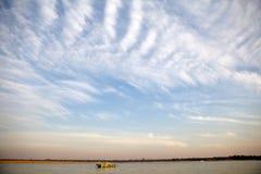 Blauer Himmel und Wolken über dem Irrawaddy-Fluss in Bagan, Myanmar Lizenzfreie Stockbilder
