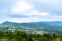 Blauer Himmel und Wolken über Gebirgspanorama Lizenzfreie Stockfotos