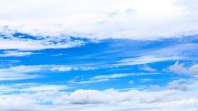 Blauer Himmel und Wolken Stockfotos