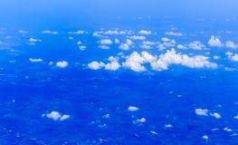 Blauer Himmel und Wolken, die vom Flugzeug schauen Stockfotografie