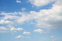 Blauer Himmel und Wolken. Himmel- und Wolkenhintergrund. Lizenzfreies Stockbild