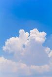 Blauer Himmel und Wolken im Sommer Stockfotografie
