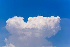 Blauer Himmel und Wolken im Sommer Lizenzfreies Stockbild