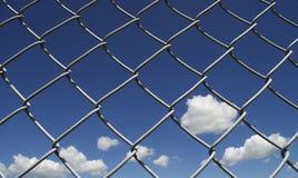 Blauer Himmel und Wolken mit Kettenglied stockbild