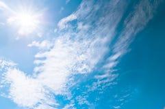 Blauer Himmel und Wolken am Mittag auf reiner Luft Lizenzfreie Stockfotos
