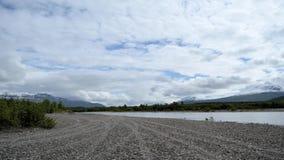 Blauer Himmel und Wolken am sonnigen Sommertag mit flüssigem Flussfluß timelapse stock video footage