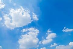 Blauer Himmel und Wolken in Tage des guten Wetters lizenzfreie stockfotos