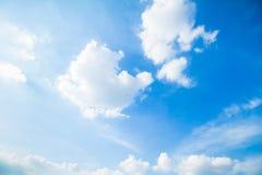 Blauer Himmel und Wolken in Tage des guten Wetters stockfoto