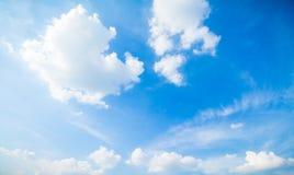 Blauer Himmel und Wolken in Tage des guten Wetters stockfotos