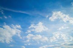 Blauer Himmel und Wolken in Tage des guten Wetters stockbilder