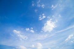 Blauer Himmel und Wolken in Tage des guten Wetters lizenzfreie stockbilder