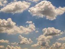Blauer Himmel und Wolkenhimmel, Hintergrund des blauen Himmels Stockfoto