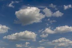 Blauer Himmel und Wolkenhimmel, Hintergrund des blauen Himmels Lizenzfreie Stockfotos